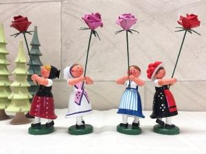 WEHA(フラワーガール・バラを持つ伝統衣装の娘たち)