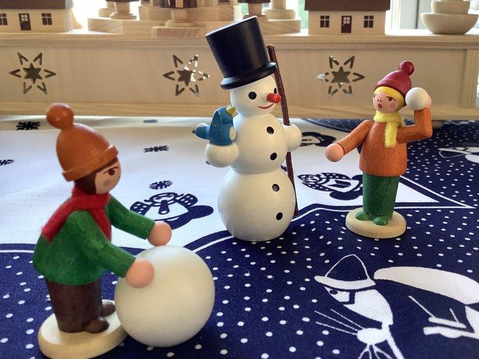 雪だるまと雪遊びの2人 カラー