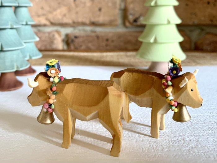 手彫り「ババリアの花の冠・首飾りの牛」