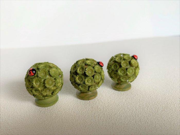 FLADE「てんとう虫が乗った小さな丸い緑の木」 2.5cmH
