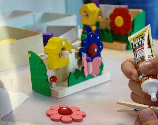 グラウプナー工房「花と鳥小屋のペーパーホルダー」