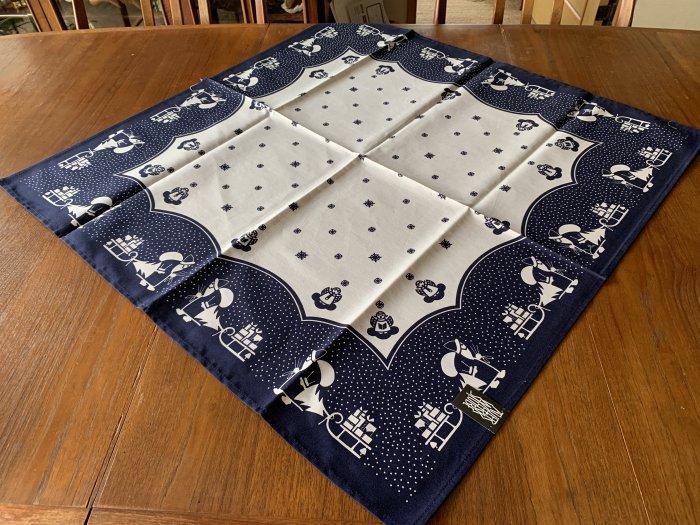 エルツ地方から「伝統柄のテーブルセンター・サンタ」紺色 78x78cm
