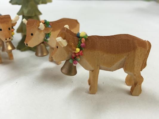 手彫り「花の首飾りの牛」
