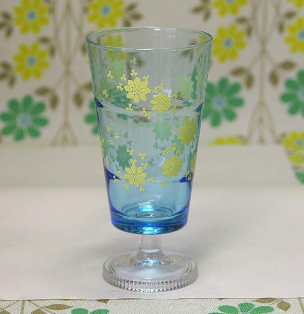 レトロポップ 青ガラス イエロー花柄 足付きグラス