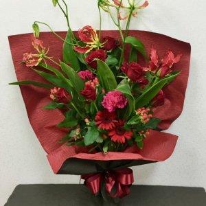 花束「スタイリッシュな真紅のブーケ」