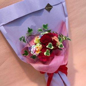 花束「レッドローズ&レインボーカーネブーケ」