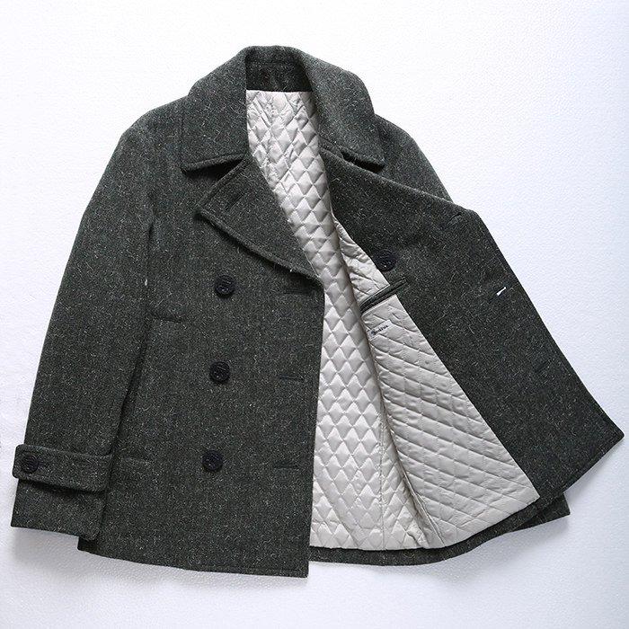 黒、グレー、ネイビーの定番を変えたい方におすすめのPコートです。女性にも好評の落ち着いたグリーンで、アウターそのものを差し色にしてみるというのも面白いと思います。