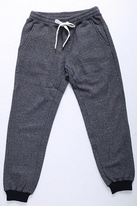 イージーパンツでありながらキレイめに着れるスラックスベースの細身シルエットが特徴のメンズXSのリブパンツです!また、ブーツや、ハイカットのスニーカーなどと相性抜群です。