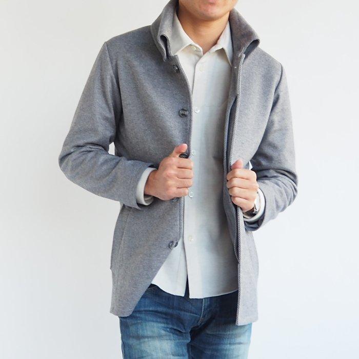 メンズXSのこだわったサイジングと、襟が高いスタイルがスラッと決まります。特徴のある生地がアクセントになり一味違うコーディネートになります。