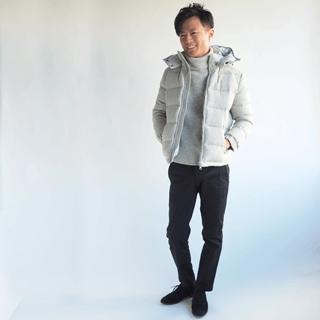 上質で高級感のあるウール生地を使ったメンズXSサイズのダウンジャケットです。着られて見えることがないサイズ感に仕上げた、防寒性に優れた小柄男性のためのダウンジャケット。