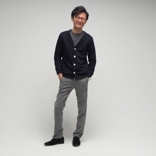 メンズXSサイズのネイビーカーディガン。季節に左右されないポリエステル素材の生地はツヤ感があり軽く、またシャツの上にはもちろんカットソーの上にも決まる、キレイめカジュアルのデザインです。