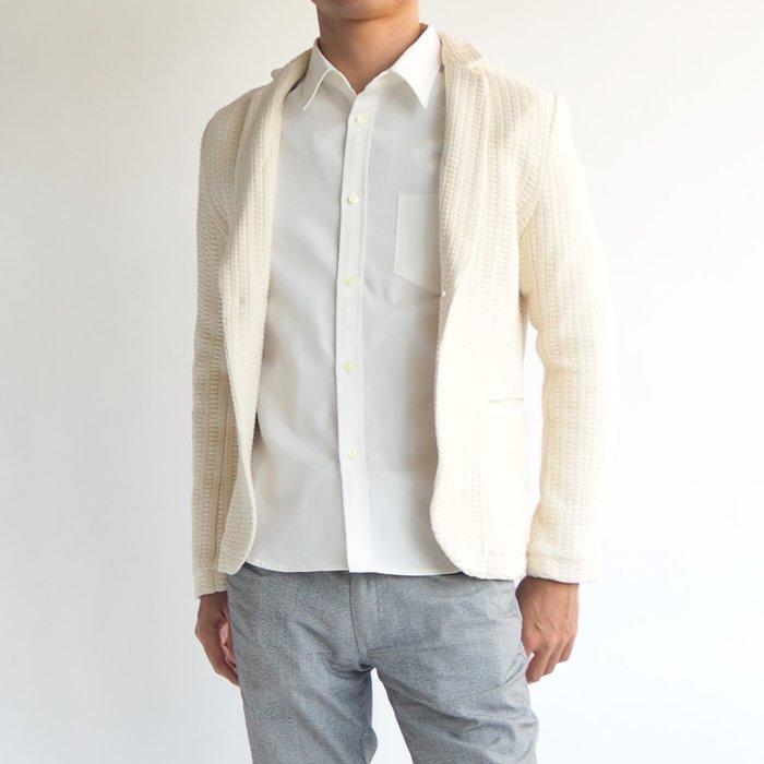 メンズXSの綺麗なシルエット、無駄なデザインや装飾を削ぎ落とし、洗練された大人のシンプルを演出したラグジュアリーな雰囲気を感じるカットジャケット。高級感のある素材を使用した、大人が着こなしたい上品な一枚です。