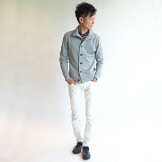 キレイなY字シルエットは、着るだけでスタイルアップ効果も!サイジングにこだわったメンズXSのカーディガンだからこそ作れる綺麗なシルエットは、小柄男性を感じさせない縦長効果を演出します。