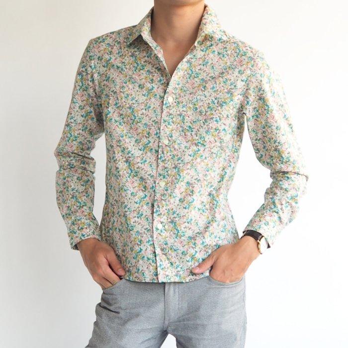 大人の色気と華やかさを演出する小花柄コットンシャツ。グリーンを基調としたデザインが華やかで爽やかな印象を作ります。メンズXSのサイズ感が綺麗なシルエットと花柄シャツのラグジュアリーな雰囲気が、いつもと違うアクセントの効いた大人カジュアルを演出します。