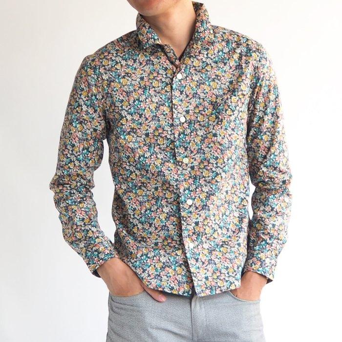 控えめでありながら主張する小花柄オープンカラーコットンシャツ。ネイビーがカッコよく、またメンズXSサイズがキレイなシルエットを作り、そのツヤっぽい印象は大人の余裕を感じさせます。ハードルの高さを感じさせない、大人カジュアルに着こなせる一枚です。