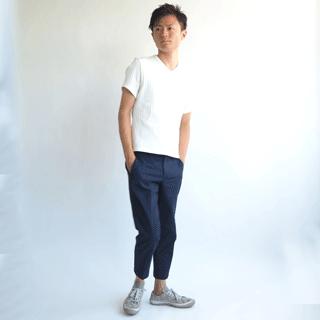 小柄男性のためにこだわり抜いたメンズXS設計の、白の半袖カットソーです。透けることのないしっかりした生地に、ストライプの様なプリーツ柄がさりげない、小柄体型マストの1着。
