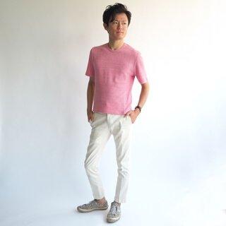 柔らかいピンクの色が上品で大人の男性に演出する、クルーネックカットソーです。露出を抑え、メンズXSサイズのこだわったサイジングは、ワンランク上の小柄男性ファッションを楽しめます。