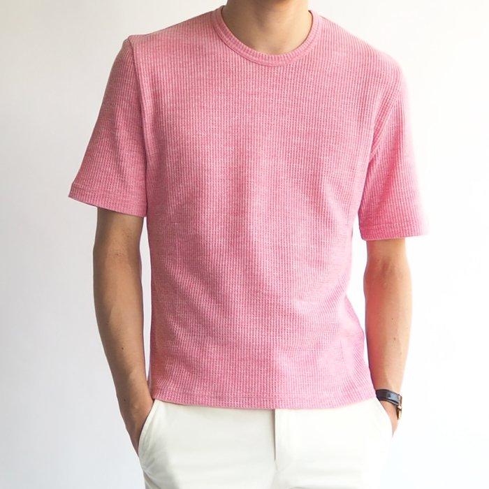 柔らかいピンクの色が上品で大人の男性の色気を演出!露出を抑え、メンズXSのこだわったサイズは、シルエットもキレイなクルーネックシャツはワンランクアップのオシャレを楽しめます。