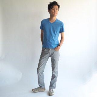 少しタイトめに仕上げたフィット感のある半袖Uネックカットソーです。ナチュラルで素朴な素材感とブルーの色味が魅力の、ここにしかない小柄体型のためのタイトめXSサイズカットソー。