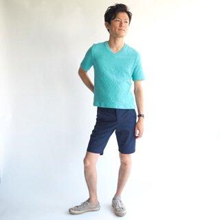 斜めに入っているシワ感がかっこいい、小柄男性にぴったりのXSサイズ半袖Vネックカットソーです。ターコイズブルーが爽やかで夏らしく、生地感も柔らかな着心地の良い1枚に仕上がっています。