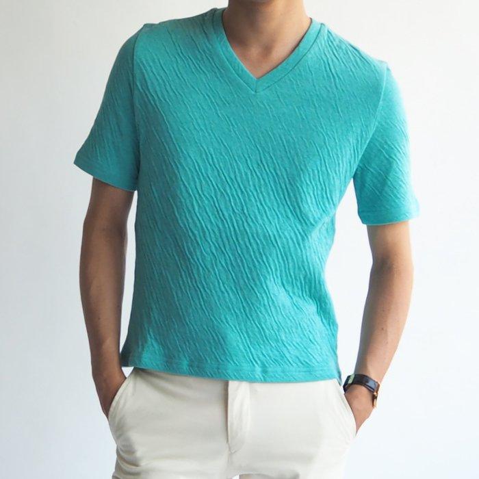 定番のVネックシャツでありながら、斜めのシワ感や美しいターコイズブルーで爽やかなコーディネートを楽しめる一品。1枚でオシャレ感アップのメンズXS注目アイテムが登場です。