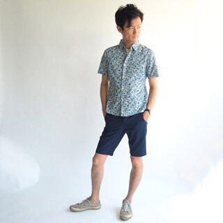 小花柄を採用したXSサイズの半袖柄物シャツです。シンプルな装いになる夏のオシャレアイテムにぴったりの柄物シャツに仕上げました。