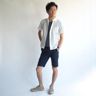 サラサラした肌触りが心地よく、透け感ある見た目も着用感も涼しいシャツが登場!こだわったXSサイズ、さらに伸縮性もあり、動きやすさや縫製にも配慮したシンプルなシャツは夏のメンズファッションに持っていたい1枚です。