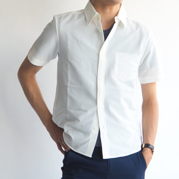 さらっとした肌触りと速乾性をもつ、シアサッカー生地のXSサイズ半袖シャツです。清涼感のあるキレイな白色と生地感が夏にぴったり。