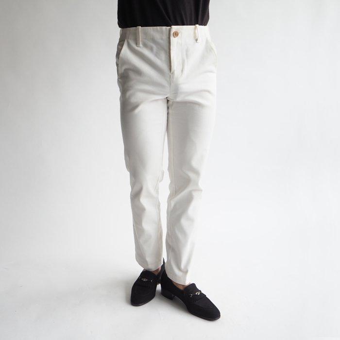 ワンランク上の余裕のある大人を演出できる白パンツの登場です!ベーシックをスタイル良く着こなすには、サイジングや形が体型にあっていることが必須!小柄体型を綺麗に見せる、無駄のないメンズXSデザインをぜひお試しください。