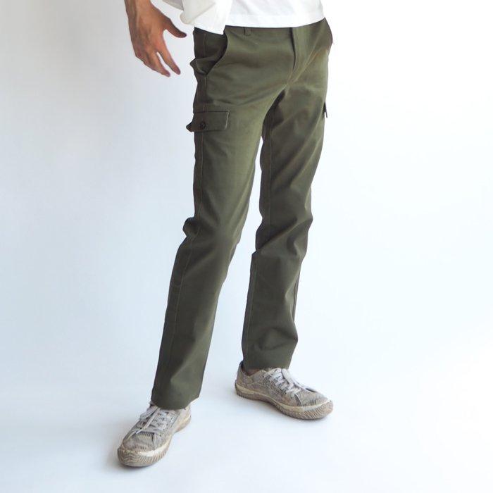 カーゴパンツのゆったりしたカジュアル感を残しつつ、足元のシルエットが綺麗に収まるように工夫されています。ストレートタイプが苦手な低身長の方でもシルエットが綺麗に決まる新しいメンズXSカーゴパンツできました。