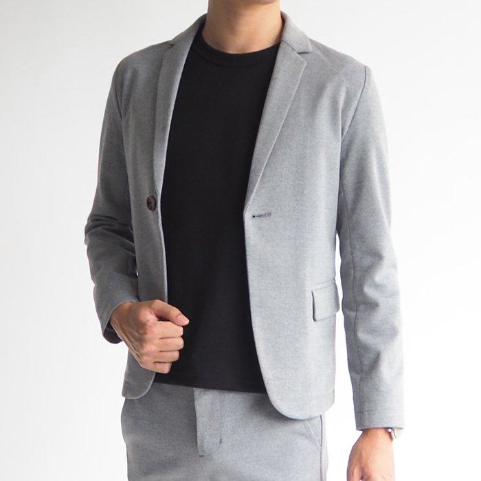ちょっとした外出にバシッとし過ぎず、程よいキレイ目スタイルができるシンプルなジャケットができました。メンズXSの形にこだわったシンプルで上質な生地感は、着るだけでおしゃれな大人の男性を演出します。