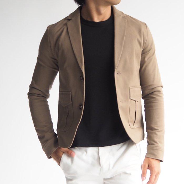 カジュアルでメンズらしいデザインのコットンジャケットです。ラフなジャケットスタイルにハマるかっこいいデザインと、低身長に合うショート丈に仕上げています。