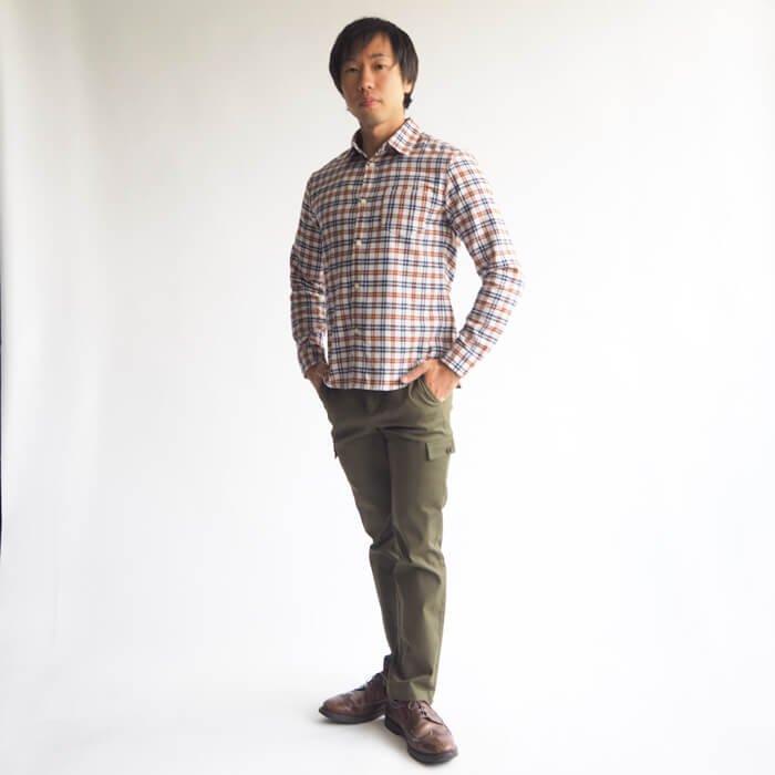 キレイ目からアメカジ系まで、ある時はメインアイテムとして、またある時はデザインアクセントとして、あらゆるテイストで着回せる便利なメンズXSチェックシャツができました!ホワイトの地に、オレンジとネイビーのラインの入ったキレイな配色のチェックシャツです!