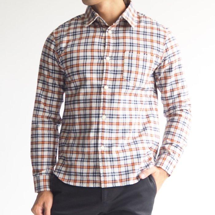 キレイめからアメカジ系、そして主役から脇役まで幅広い着こなしができる便利なメンズXSチェックシャツです。ホワイトをベースに、オレンジとネイビーのラインの入った清潔感のある配色の、小柄・低身長の男性に似合うチェック柄のシャツです。