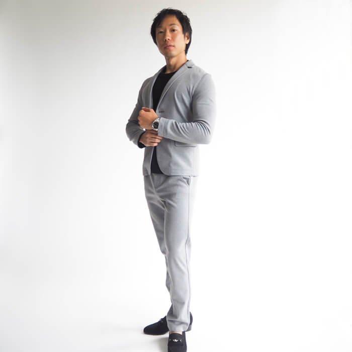 センタークリース(中央の折り目)がなく、カジュアルに履ける、キレイ目のテーパードスラックスパンツです。ストレッチ性のあるキメ細かな生地感により履き心地は抜群!普通のメンズスラックスパンツより小柄体型にピッタリ似合うもXSサイズに設計されていて、気軽に履けるカジュアルさがウリですが、セットアップで合わせるとバシッと決めることもできる便利な1枚です!
