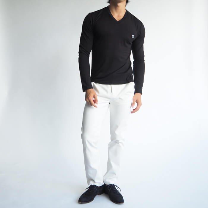 レトロピクス10周年を記念して作ったシンプルなロゴ刺繍入り長袖Vネックカットソーです。伸縮性抜群の柔らかく、着心地の良い生地を使っているため、体に吸い付くようなフィット感が味わえる一枚です。トップスとしてもインナーとしても活用できる便利なメンズXSのカットソーです。