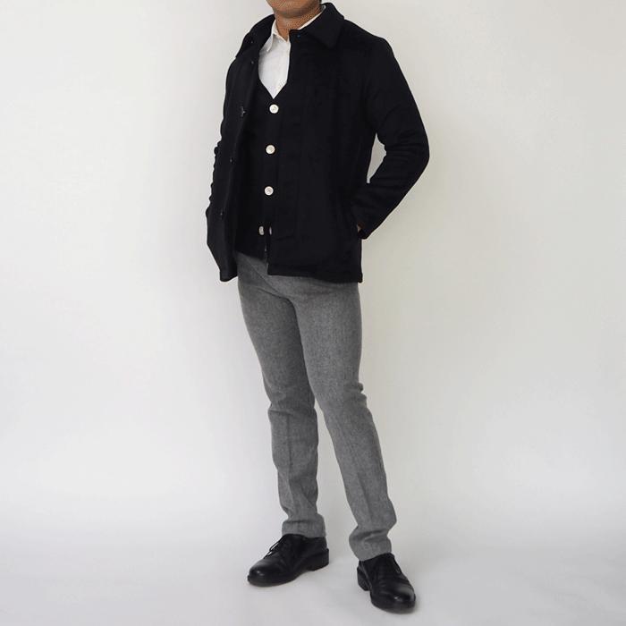 柔らかい上質なメルトン生地を使った、メルトンステンカラーコートです。重ね着しやすいサイズ感でありながらゆったりしないよう設計した、小柄男性のための冬物アウターです。色はダークネイビーとグレーの2色ございます。