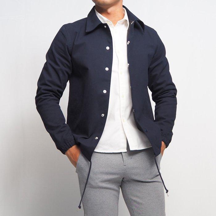 カジュアルアウターにもってこいのコーチジャケットです。ナイロンではなくコットン(綿)で作った、カジュアルだけじゃなくキレイめにも活躍する1着です。