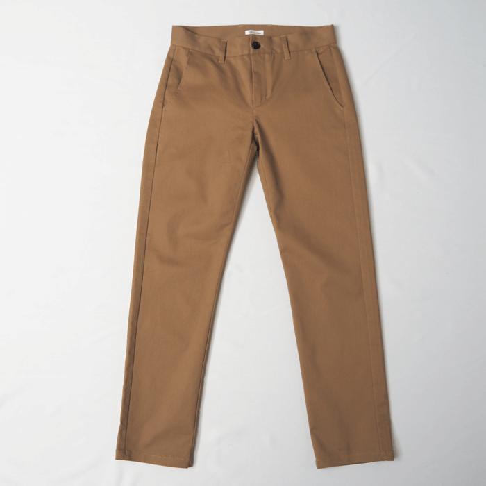 やや光沢があり、パーカーなどのカジュアルな合わせからジャケットなどのドレッシーな合わせにも幅広く対応できる使い回しが効く1枚。相性の良い色も多いので、ファッションコーデのベースアイテムとして1枚持っておくと便利です。