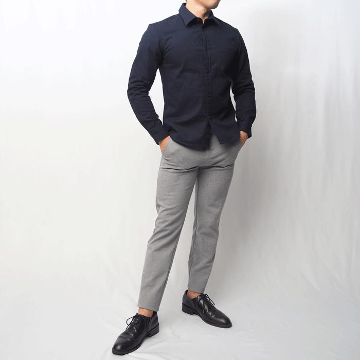 小柄男性のスタイルをかっこよく見せる、オールシーズン使えるメンズXSサイズのネイビーシャツです。スタンダードなデザインの中にさりげなく見えるシャドーストライプがおしゃれな1枚です。
