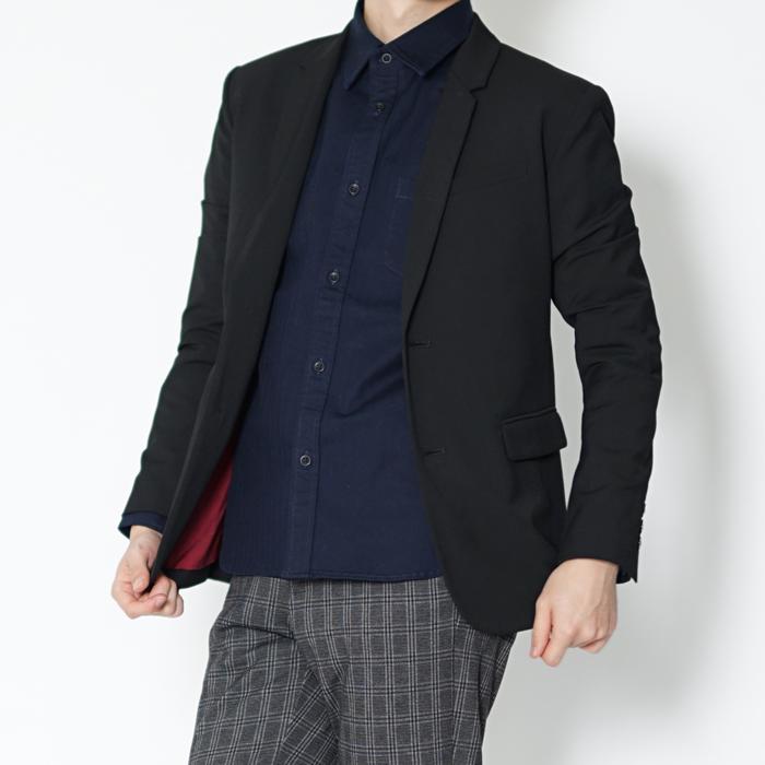 オンオフ使えるキレイめの黒ジャケットです。カジュアル使いしやすいよう細かいこだわりつまった小柄男性のためのXSサイズジャケット。