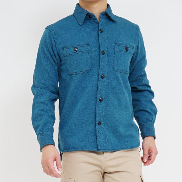 ハリのある重厚なビエラ生地、ヴィンテージライクなディティールといった、ワークシャツが好きな人にはたまらないデザインを採用し、ワークシャツのリラックスしたサイズ感を大事にしながらRetroPics.のサイズ感に仕上げたシャツです。