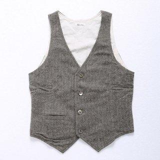 メンズXSに、秋冬にピッタリのウール素材のベストが出ました!当店のシャツはシンプルなものが多いので、ベストを合わせるだけでキレイめでありつつカジュアルなスタイルが作れます。
