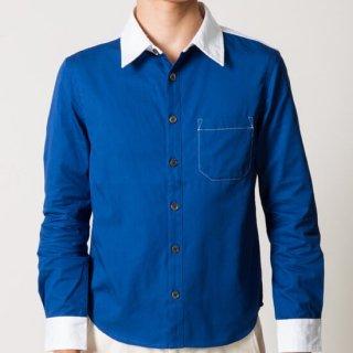 鮮やかなブルーが印象的なクレリックシャツ(メンズXS)。普通のワイシャツよりも固めの記事を使っています。パーカーや濃いめの色のカーゴに合わせるのがおすすめです。