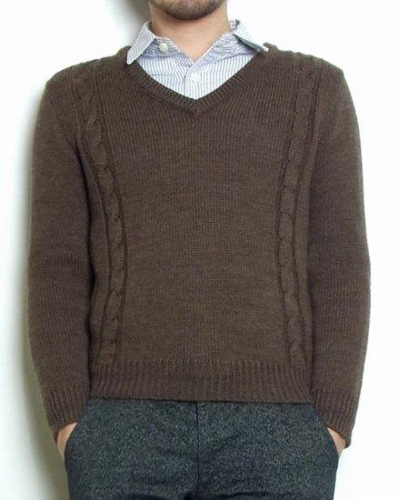 ウール100%のニットセーターです。太めの糸で編み、暖かく冬のインナーまで長く使える仕様。ニットは伸縮性があり、やや伸びるので少し小さめな設計がポイントです。