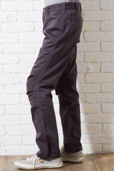 秋冬にピッタリ!若干光沢のあるサテン生地のワークパンツです。メンズXSのサイズ感の中でも他のパンツと比較して、太めに作ってあるので、少しゆったりと着たいという方におすすめです。