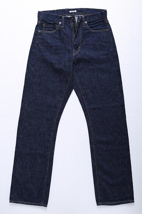 501XXをベースにしたメンズXSのデザインデニムです。写真だとゆったり目に見えますが、穿いてみるとスッキリ。小柄でもデニムは少しゆったりに穿きたい!そんな方向けの一枚です。