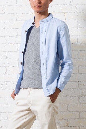 春夏にカットソー感覚で着られる、薄手で襟なしのメンズXSシャツです。ベージュなどの定番パンツにも合うブルー。あらゆるシーンで活用できる利便性の良さが最大の特徴です。