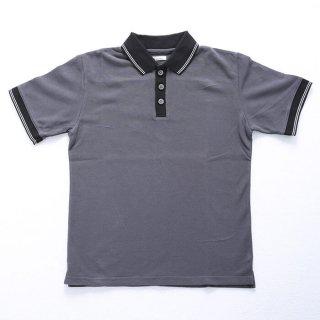 胸辺りにロゴやワッペンなどつけていないシンプルな無地のマンズXSポロシャツです。ロゴが書いてあるのが苦手な方にオススメです!綿100%なので暑い季節に着たい一枚。