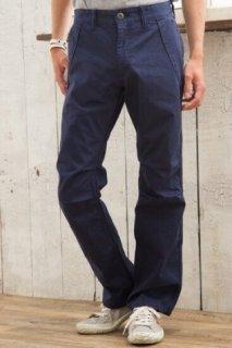 カラーパンツデビューにオススメの一枚!王道ネイビーのメンズXSサテン生地ワークパンツ。ポケットの縁のデザインがポイント。白シャツやボーダー柄と合わせるのがおすすめ。